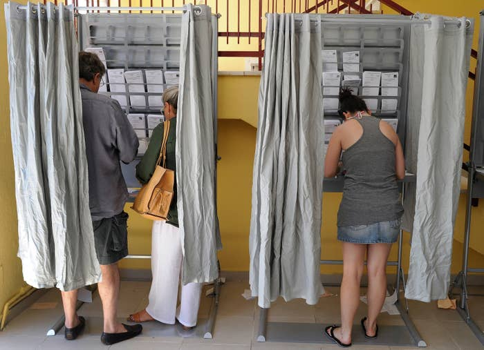 2016年6月、マドリードでスペイン議会総選挙の投票をする有権者たち。