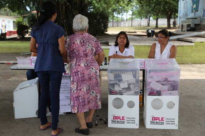 2016年6月、メキシコのベラクルスで州選挙の投票の準備をする有権者たち。