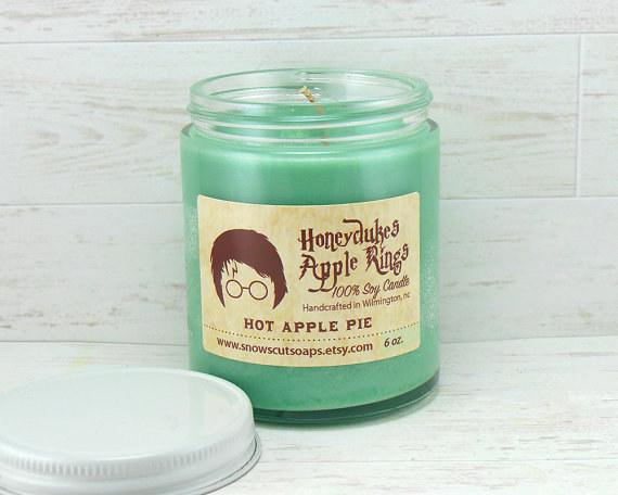 Egy forró almás pite gyertya illata, mint a szombat délelőtt töltött Mézesfalásban édességbolt.