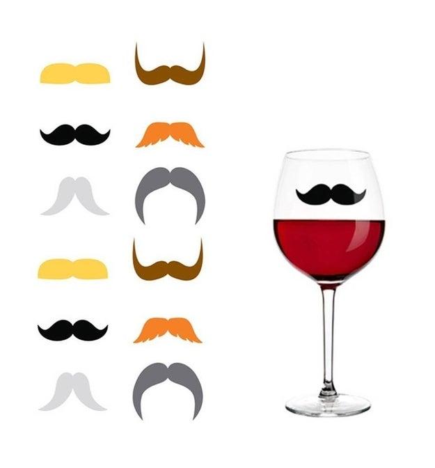 Si vas a armar una fiesta, estos bigotitos para las copas harán toda la diferencia ($227).