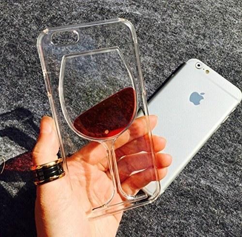 Lleva tu amor por el vino, literalmente a todos lados con esta funda para tu iPhone 6 ($50).