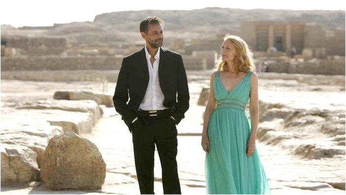 Enquanto Juliette espera seu marido diplomata chegar, um amigo apresenta a capital do Egito. Ela acaba se envolvendo demais com o amigo e a lugar, azar do marido, sorte de quem tem a conhece esta bela cidade sem sair do sofá.