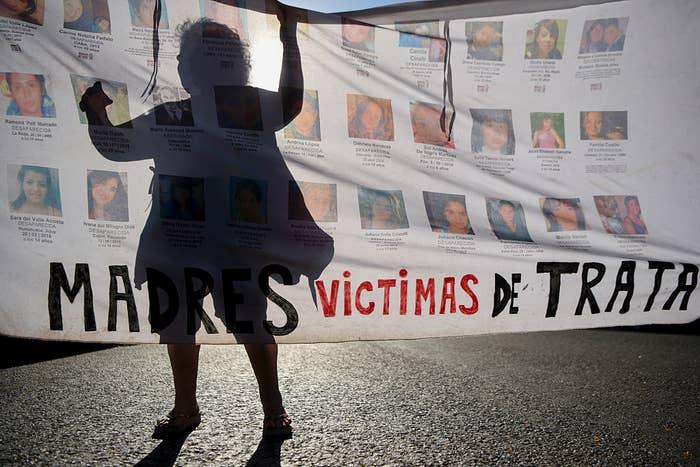 Activistas marchan durante la conmemoración del Día Internacional Contra la Violencia de Género.