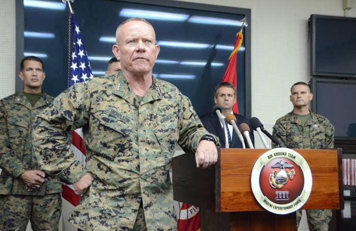 この発言の出どころは、沖縄県の安慶田光男副知事だ。12月14日午後、安慶田副知事は沖縄の米軍トップ・ニコルソン四軍調整官を訪問し、事故について抗議した。その後、記者団に対し、ニコルソン四軍調整官が「県民、あるいは住宅や人間に被害を与えなかった。感謝されるべきだ。表彰ものだ」と発言した、と説明した。また、「県は政治問題化するつもりか」などと、テーブルを叩きながら、怒気を示すようなこともあったという。