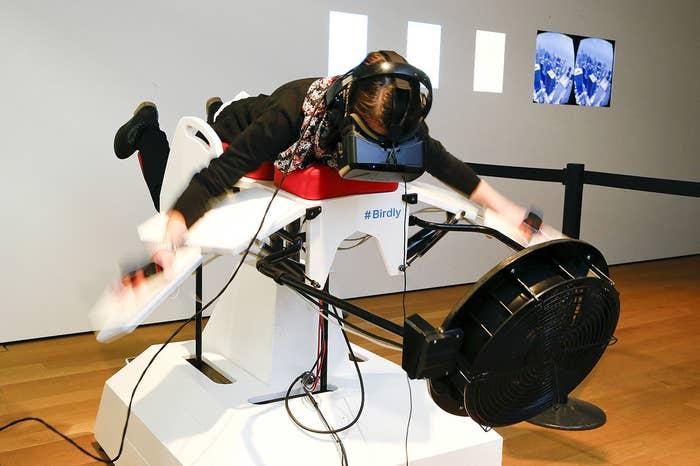"""Ein Besucher testet den Flugsimulator Birdly bei der Ausstellung """"Animated Wonderlands"""" im Museum für Gestaltung in Zürich. Birdly simuliert den Flug eines Rotmilans über New York City, kontrolliert vom gesamten Körper des Benutzers. Der Flugsimulator wurde von Wissenschaftlern an der Zürcher Hochschule für Künste entwickelt."""