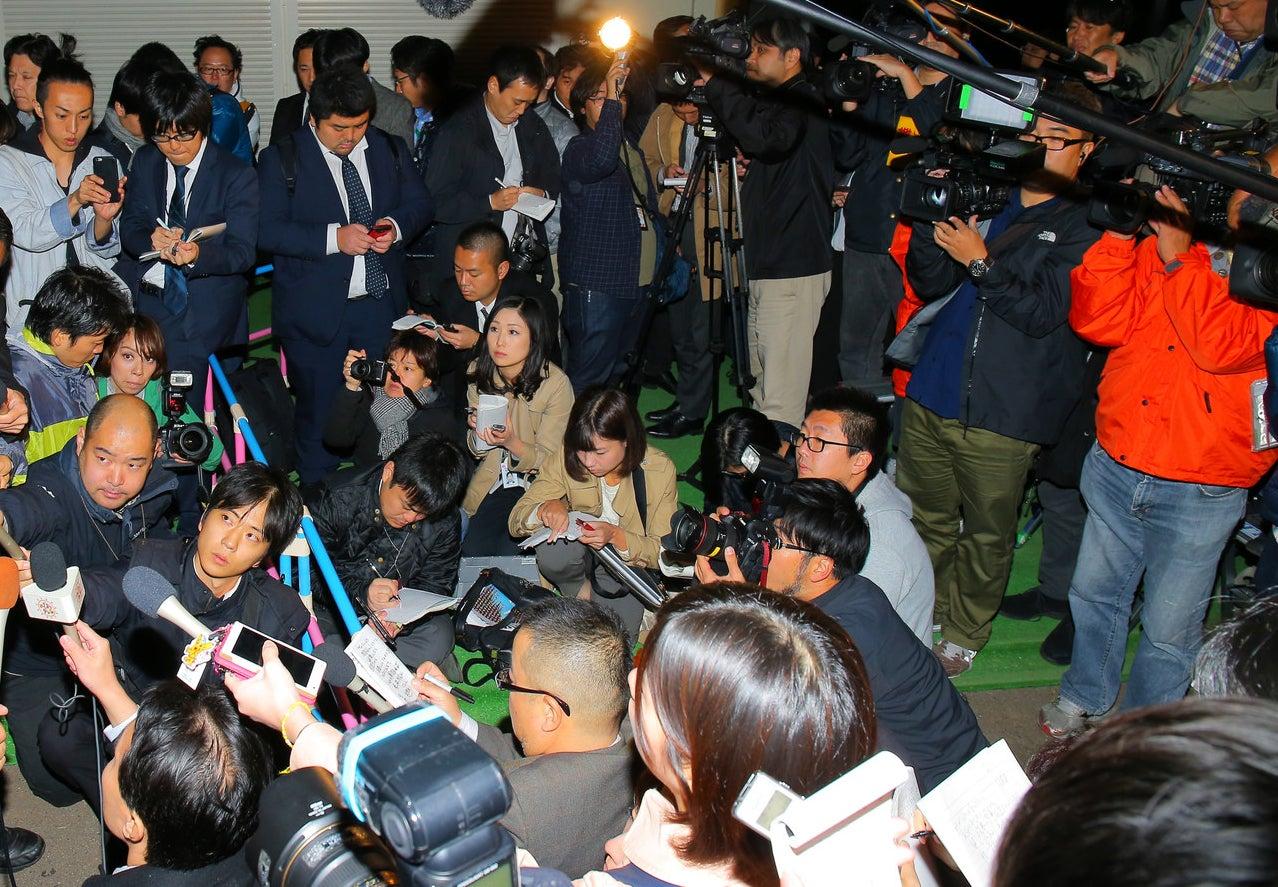 他メディアとの取材競争に追われる記者たち