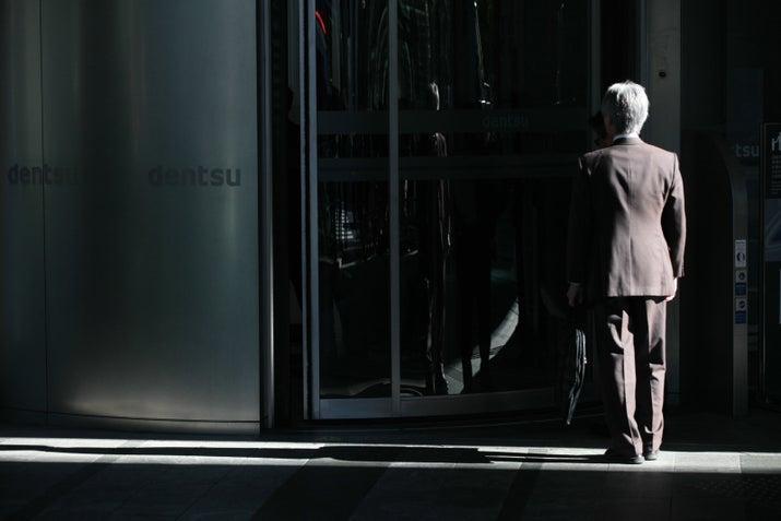東京労働局などは11月7日、複数の社員に違法な長時間労働をさせた疑いが強まったとして、労働基準法違反の疑いで電通本社を家宅捜索した。