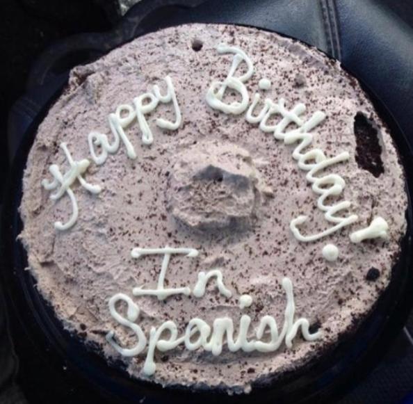 """El empleado de esta pastelería, al que le pidieron que el decorado dijera """"Feliz Cumpleaños""""."""