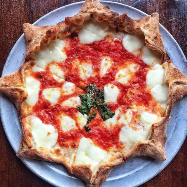 Empecemos con esta pizza, galardonada con la medalla de honor a la forma más sensual de 2016.