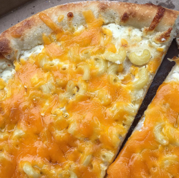 Y el primer lugar, esta mezcla de mac & cheese y pizza.