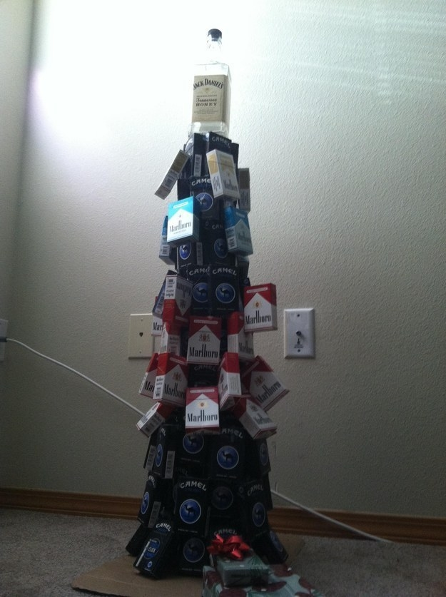 El creador de este árbol de Navidad que es al mismo tiempo una ofensa y un claro reflejo de la Navidad.