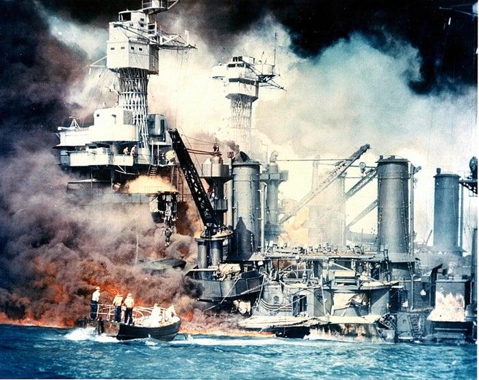 日本海軍航空部隊の奇襲攻撃を受けてハワイ諸島オアフ島真珠湾軍港で炎上する米戦艦ウェストバージニア。大破・着底したが、その後浮上・修理を受け、復帰した