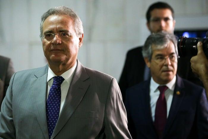 Renan chega ao Senado para a reunião da Mesa Diretora. Ao fundo, o senador Jorge Viana (PT-AC), primeiro-vice-presidente da Casa e substituto natural do peemedebista.