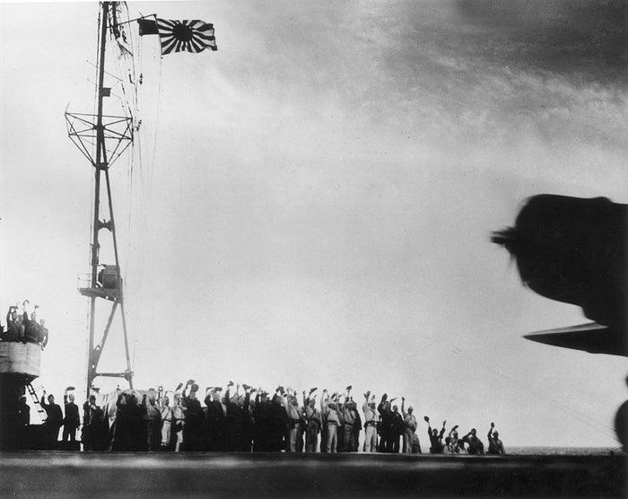真珠湾攻撃のために飛び立つ飛行機を空母から見送る日本兵たち(1941年)