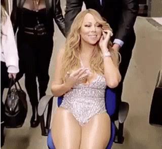 ¿Qué harías por tener una persona que te lleve a todos lados en una silla mientras tú luces fabulosa hablando por teléfono?