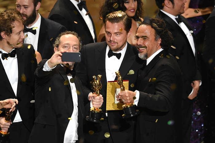 """El cinematógrafo Emmanuel Lubezki, el actor Leonardo DiCaprio, y el director Alejandro González Iñarritu, todos ganadores gracias a """"El renacido"""", sacándose una selfie sobre el escenario durante la 88va Entrega de los Premios Óscar."""