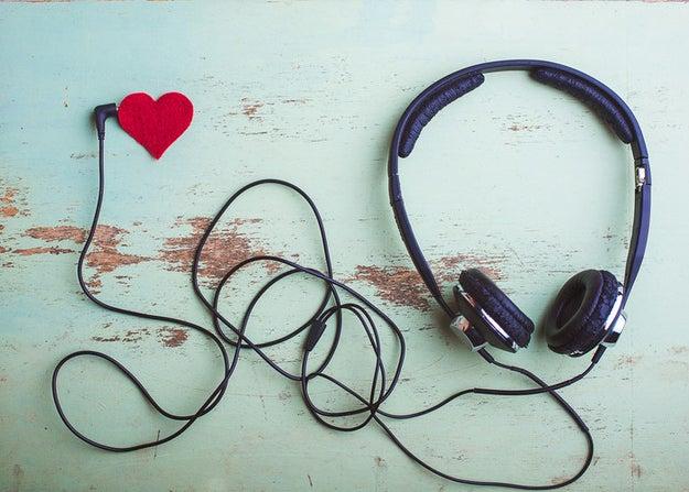 Haz un playlist con sus canciones especiales y ponlo en su celular.