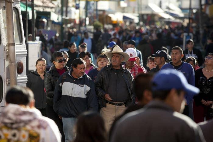 Según el CONAPRED, el 64.6% de las personas en México se describen de piel morena y al mismo tiempo, la mitad de los mexicanos considera que a las personas se les insulta en la calle por su color de piel.
