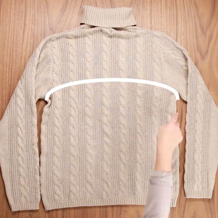 Costure de uma axila à outra para que as mangas fiquem conectadas.