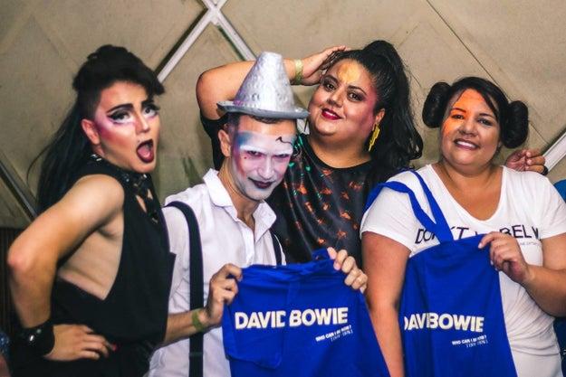 Uma festa chamada Baile do Bowie com uma galera com o rosto pintado.