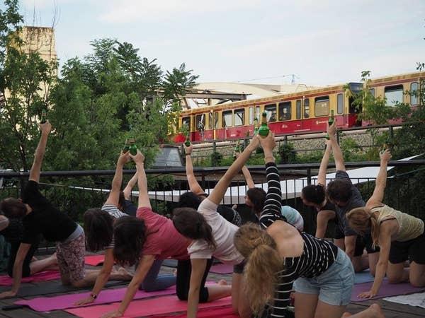 """Na tych zajęciach jogi pije się piwo. """"Piwna joga"""" zyskuje coraz więcej zwolenników"""