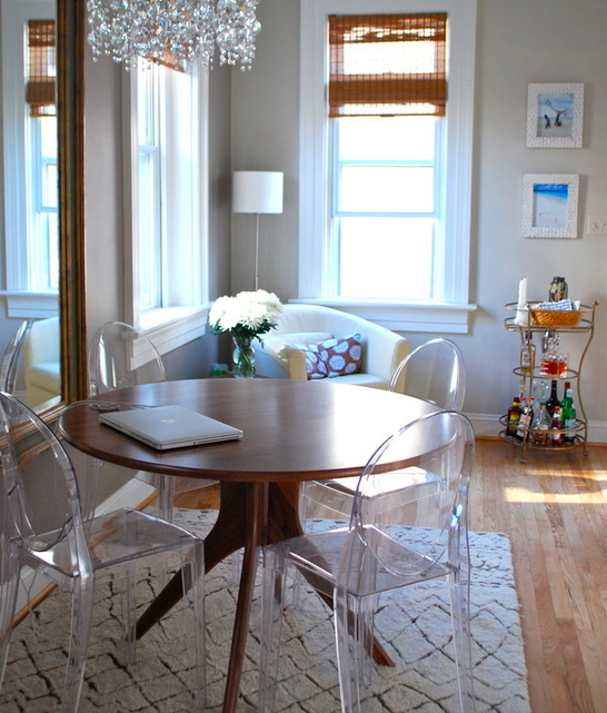 Use uma mesa redonda sobre um tapete quadrado. Caso precise, ela caberá tranquilamente naqueles cantos mais apertados.
