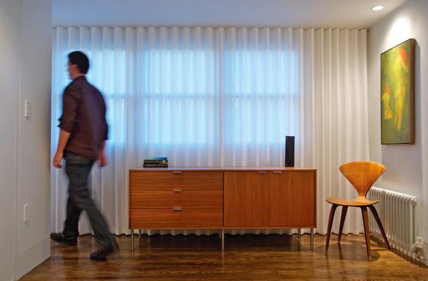 Pendure cortinas diretamente do teto para dar a ilusão de um pé direito mais alto.