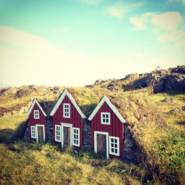"""Weil Isländer ein kleines Volk sind, """"verdoppelten wir in den alten Zeiten unsere Bevölkerung mit Geschichten über Elfen und Feen"""", soll der ehemalige Präsident Islands Ólafur Ragnar Grímsson einmal gesagt haben."""