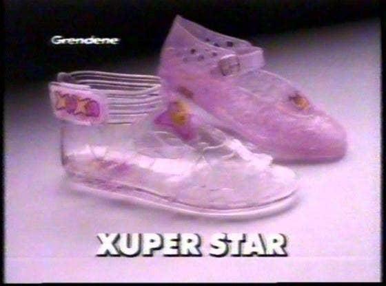 f561806b7 Caso você tenha crescido nos anos 90, provavelmente seu interesse por  sapatos feios começou pelas sandálias da Xuxa.