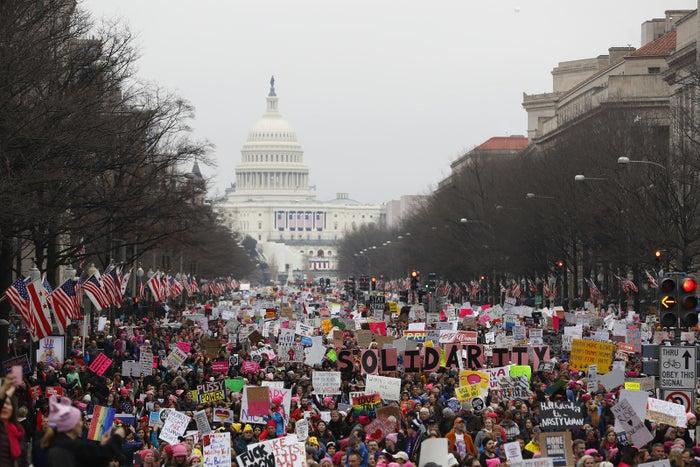 ピンクに黒字で「Solidarity」