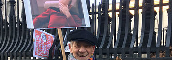 Sir Ian McKellen Held Up A Sign Of Sir Patrick Stewart At The Women's March And It Was So Cute