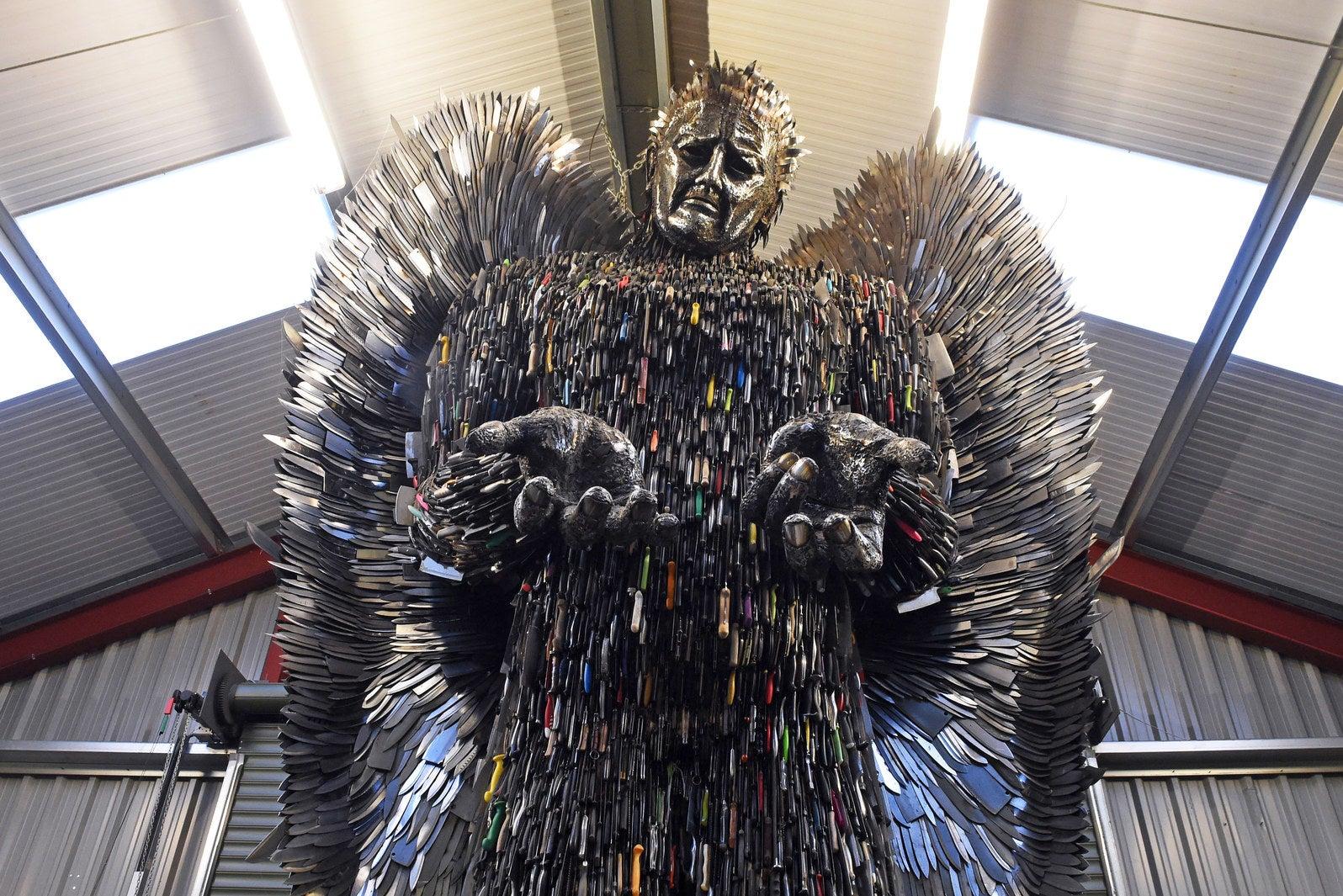 Veitsiväkivallan vastainen patsas on samaan aikaan kaunis, että pelottava – valmistettu 100 000 veitsestä