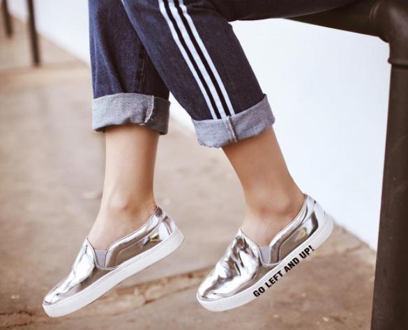 Tênis de tecido, assim como suas meias, vão demorar horrores para secar. Prefira modelos de materiais como plástico, couro e borracha, que não precisem necessariamente de meias e que, claro, não acabem com seus pés quando usados sem elas.