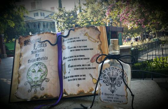 El libro de espiritismo en la Mansión Embrujada de Disney World era originalmente un verdadero libro de brujería del siglo XIV.