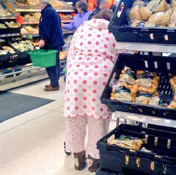 Les gens en pyjama au supermarché.