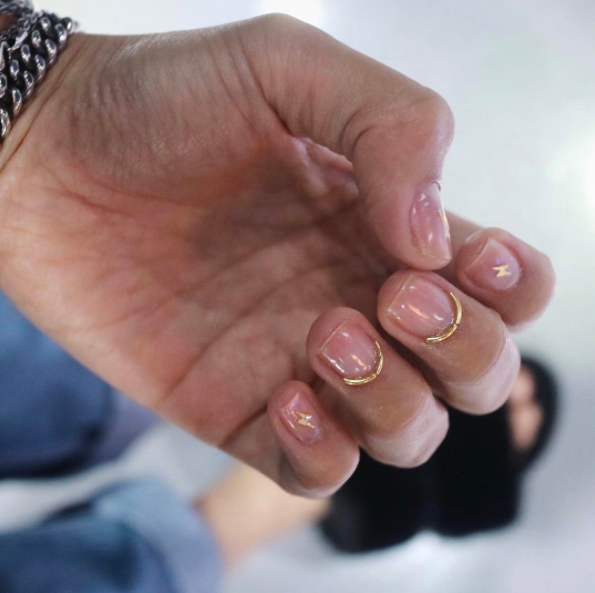 But back to wire nails. These gold accents paired with clear polish make for a minimalistic manicure dream.