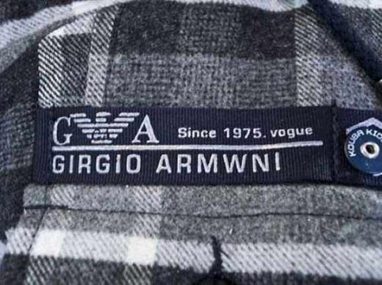 """""""Pero no puedes usar ese logo porque no eres Giorgio Armani"""". """"Piri ni pidis isir isi ligui pirqui ni iris Girgio Armwni"""". Y más de lo mismo."""