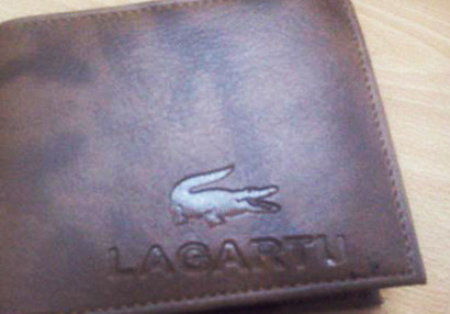 Esta cartera que refleja perfectamente cómo habría sido Lacoste si hubiera sido creada en Asturias.