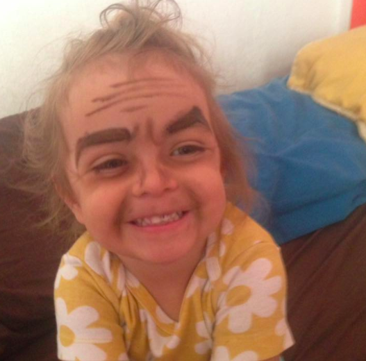 Valentina quería que la pintaran como princesa, su tía tenía otros planes y la dejó como se ve en la foto.