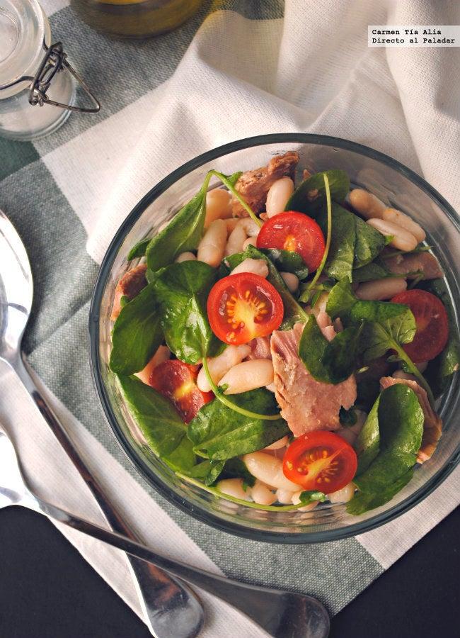 Una forma sencilla de comer legumbres sin el engorro de estar cocinando durante más de una hora es introducirlas en tus ensaladas: esta receta se prepara en menos de 10 minutos (utilizando las alubias de bote) y es una forma estupenda de comenzar la semana.