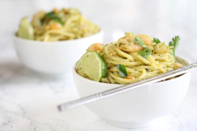 Como dice la creadora de este plato en su blog: Italia y Tailandia en un solo plato, lo mejor de los dos mundos. Esta receta hará que te salgas de la rutina de los macarrones con tomate y la otra rutina (la de la ofi) se te haga menos cuesta arriba.