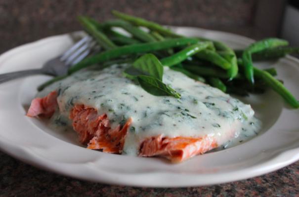 """Si eres de los que no comen pescado porque """"no saben cómo cocinarlo"""" esta sencillísima y rápida receta de salmón a la plancha con queso azul se convertirá en uno de tus platos estrella."""