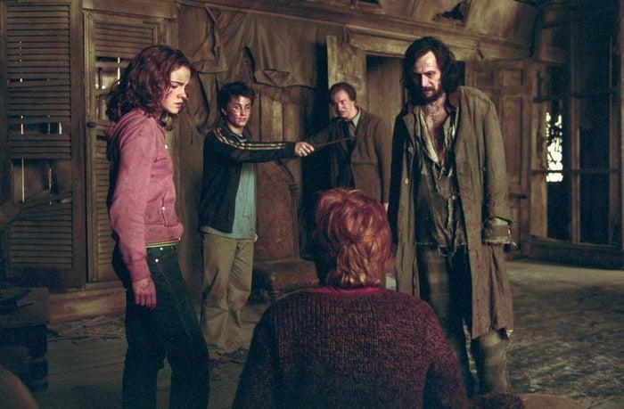 """20. (Esta peli la vi a medias y sé que Sirius no es el malo).21. HARRY NO EMPIECES CON LAS QUEJAS, SÚBETE AL AUTOBÚS Y CÁLLATE HASTA HOGWARTS.22. Ron, a nadie le importa tu rata. Es una rata.23. """"Se ha escapado un asesino, así que hemos traído unos espíritus que se alimentan de almas para proteger a los estudiantes y sus almas"""".24. Creo que Lupin es mi personaje favorito y me suena que no se muere. BIEN.25. Harry, haz el favor de pedirle ayuda a un adulto.26. No, un adulto sin hipogrifos.27. """"Juro solemnemente que mis intenciones no son buenas"""". Este es el momento exacto en el que soy consciente de que me flipan estos libros. También la primera vez que lamento mucho conocer detalles de la trama y, sobre todo, no haberlos leído de pequeño.28. - Harry: Mi vida es muy dura y nadie me quiere, no me comprendéis.- Ron: Tronco, tienes una escoba voladora mejor que la de la selección, un mapa mágico, una capa de invisibilidad y una fortuna en el banco. Yo tengo una rata.29. Ahora entiendo lo de la rata.30. ¡Harry va a vivir con Sirius! ¡Y seguro que se llevan a Lupin!31. Mierda.32. No sé hasta qué punto apruebo que pidas a unos chavales de 14 años que viajen en el tiempo, se monten en un animal que ya ha atacado a otros estudiantes y liberen a un preso del ministerio, Dumbledore."""
