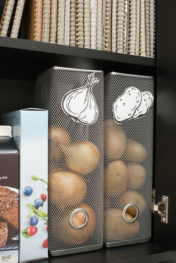 Utilisez des porte-documents pour conserver des plantes herbacées comme les oignons ou les pommes de terre.