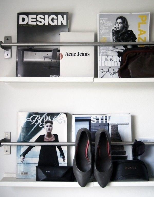 Utilisez des barres en fer avec des petites étagères pour exposer vos plus belles revues (et quelques chaussures).