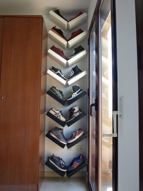 Rangez vos chaussures de manière originale grâce à des petites étagères.