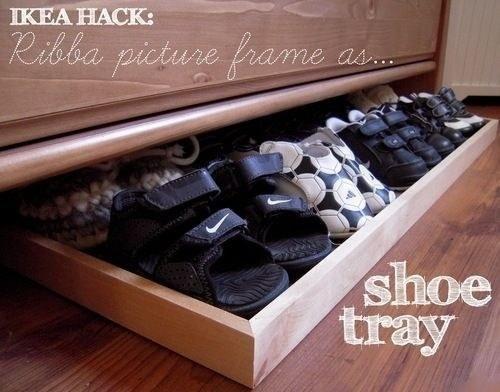 Utilisez un cadre à photo de chez Ikea pour le transformer en plateau à chaussures.