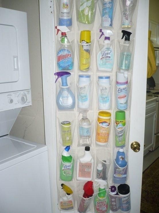 Rangez vos produits ménagers dans un filet pour chaussons.