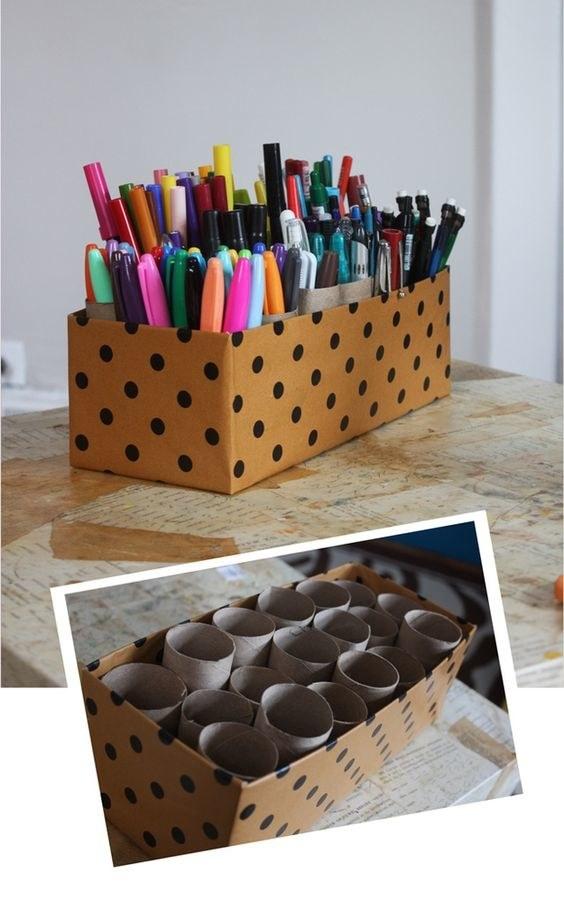 Conservez vos rouleaux de papier toilettes pour les transformer en porte-stylos.
