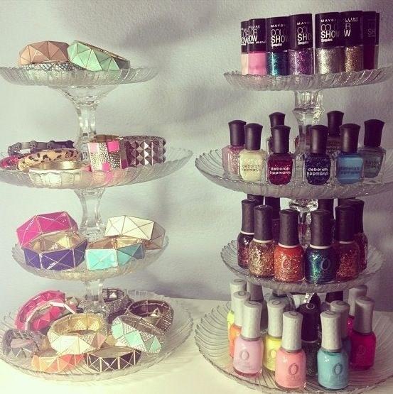 Changez un service à gâteaux en présentoir pour vos bijoux et vernis.